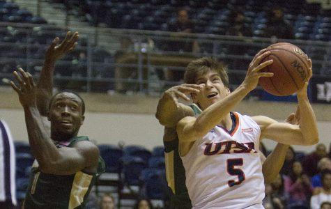 Men's basketball finishes regular season with win