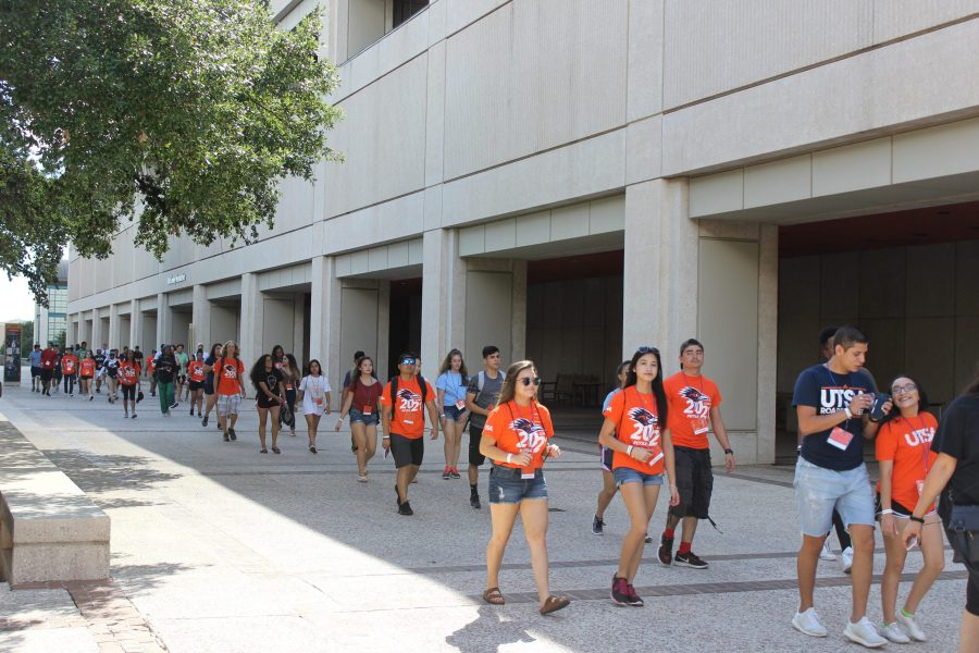 Incoming+students+walk+the+UTSA+campus+with+their+orientation+leaders.+Chase+Otero%2C+The+Paisano