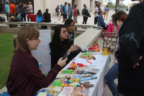 UTSA Animal Rights Club members interviewing students on their knowledge of veganism. Ben Shirani/The Paisano