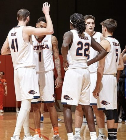UTSA mens basketball huddles together during a timeout.
