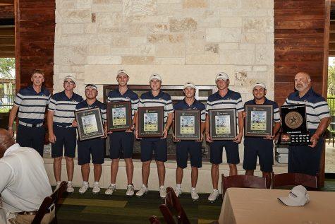 UTSA men's golf team holding up their plaques.
