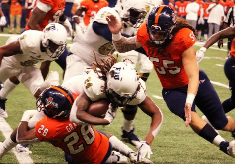 The UTSA defense gangs up to make a tackle.