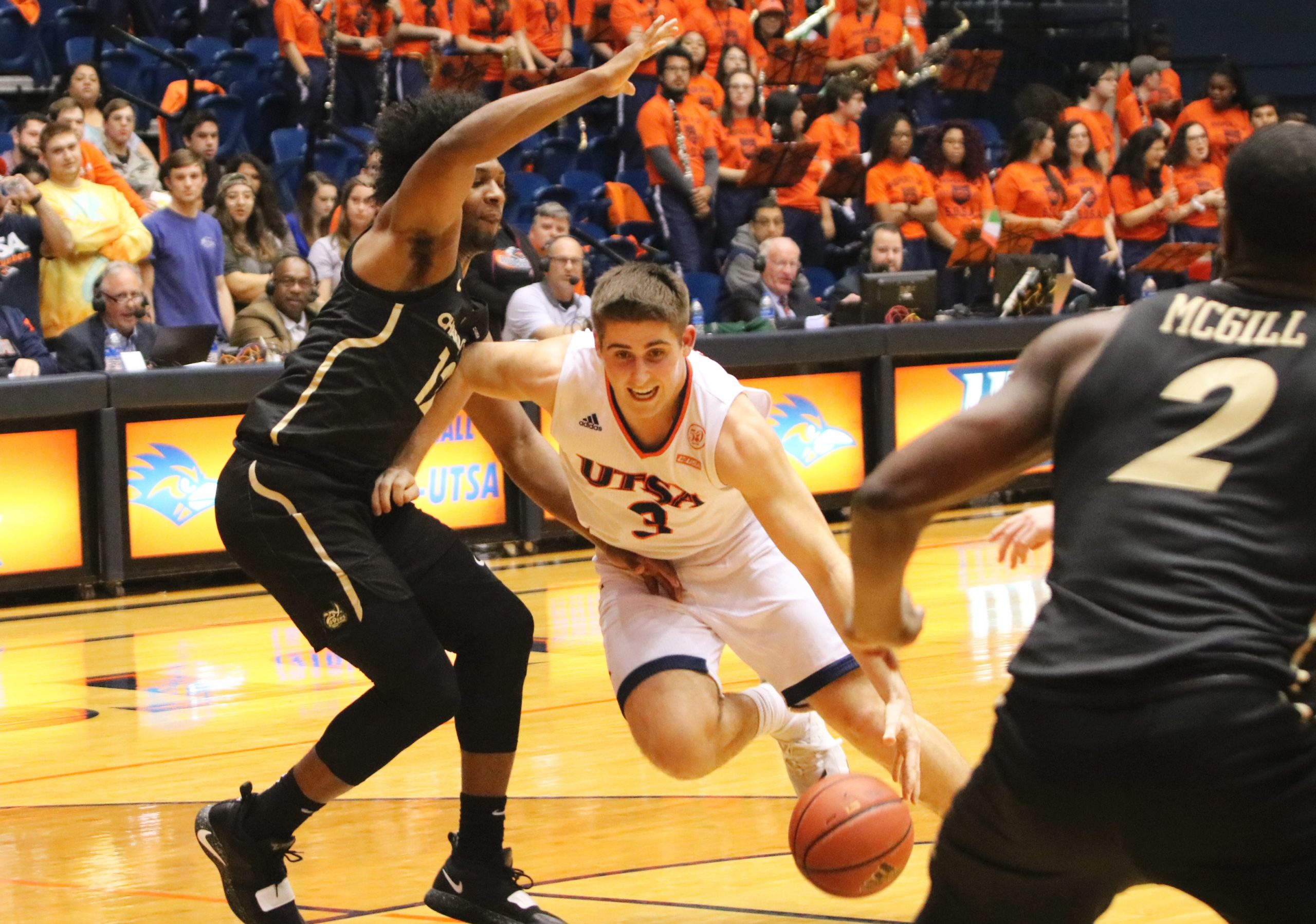Byron Frohnen dribbles for a layup in the paint. Ellyson Ortega/The Paisano