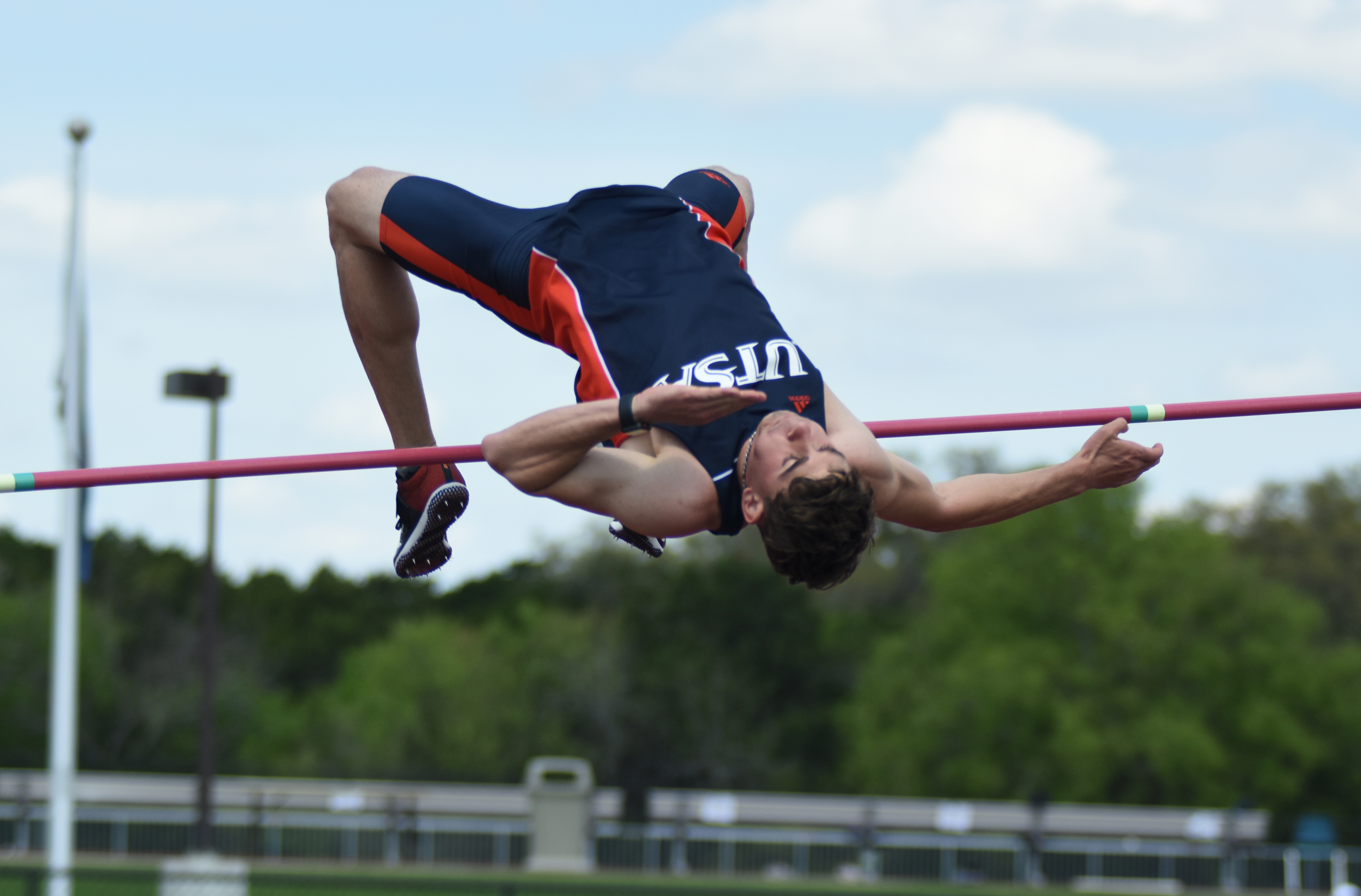 March 26 - April 2, 2019 sports@paisano-online.com | 7SportsRoadrunners jump-start their 2019 outdoor track season Jake McDaniel clears the high jump pole. Track defends at Roadrunner Invitational Jack Myer/The Paisano