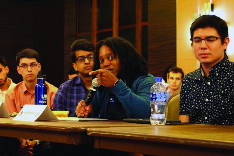 Student government senators address concerns. Photo by Rudy Sanchez