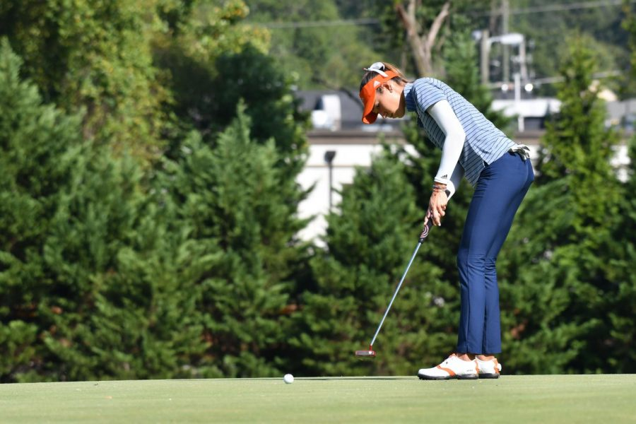 Ana Gonzalez putts the ball into the hole at the 2018 Mercedes-Benz Collegiate Championship. Gonzalez carded a 229 for the tournament finishing tied for 30th.