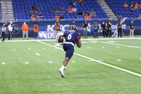 Wide receiver Brennon Dingle returns a kickoff during UTSA