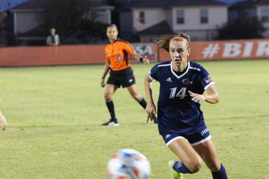 Ellis Patterson chases a ball down during the game against UNT. Bella Nieto/The Paisano