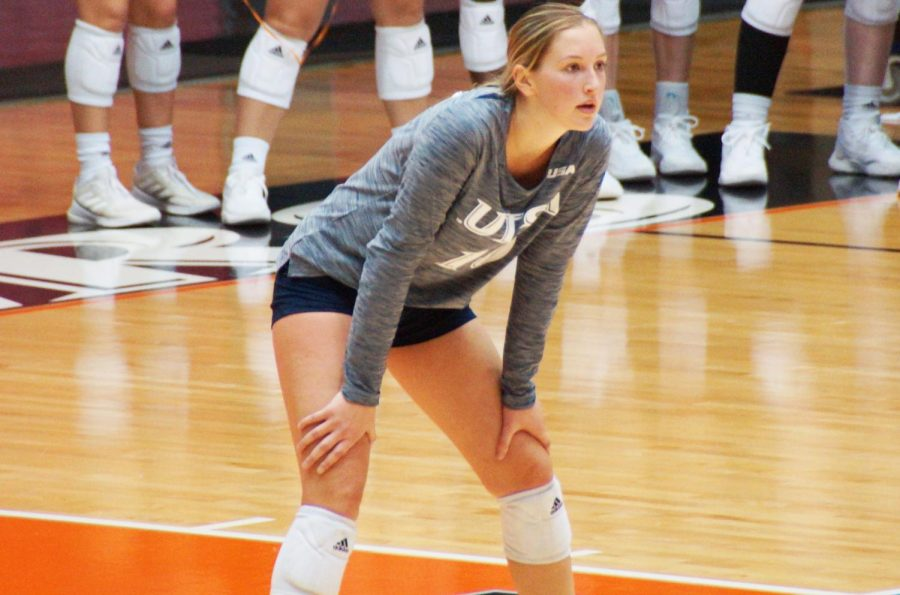 Kirby Smith readies herself to receive during a match against UAB earlier this season. The senior from Plano, TX has enjoyed a standout career at UTSA, appearing in 87 matches, 320 sets and registering 805 careers as of the time of publication. Dustin Vickers/The Paisano